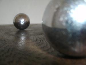 Metalkugel auf Holz